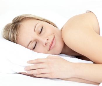 девушка спит на подушке