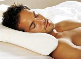 мужчина на анатомической подушке